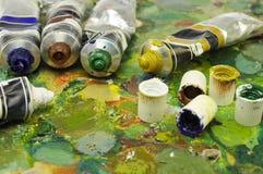 De buizen van de kleurstof bij het schilderen van palet Stock Foto