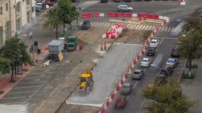 De bulldozer beweegt en spreidt de grond en het puin op de weg uit timelapse stock videobeelden