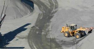 De bulldozer in een carrière neemt de lading in de emmer, bulldozer in een carrière op stock video