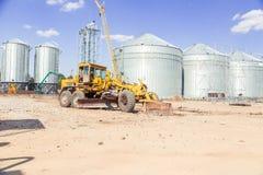 De bulldozer houdt van op een bouwterrein te landen stock afbeeldingen