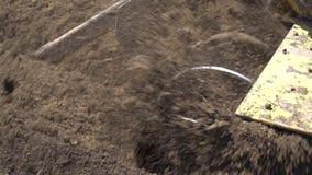 De bulldozer maakt de grond op de bouwwerf los stock footage