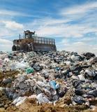 De bulldozer op een huisvuilstortplaats Royalty-vrije Stock Foto's