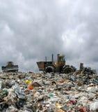 De bulldozer op een huisvuilstortplaats Stock Fotografie