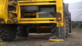De bulldozer zet de wieleinden en vermindert de emmer stock footage