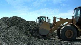 De bulldozers bereiken een lepelpuin De bouw stock video