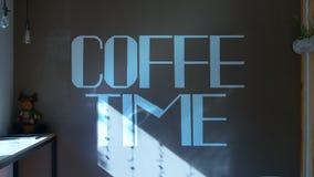 De Bumper van de koffietijd op de muur wordt geschilderd die stock footage