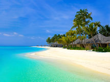 De bungalowwen van het strand op een tropisch eiland Stock Afbeeldingen