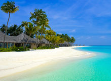 De bungalowwen van het strand op een tropisch eiland Stock Afbeelding