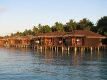 De bungalowwen van het water bij zonsondergang Royalty-vrije Stock Foto