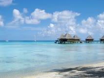 De bungalowwen van het water en blauwe hemel en blauwe oceaan royalty-vrije stock foto's