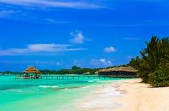 De bungalowwen van het water op een tropisch eiland Royalty-vrije Stock Fotografie