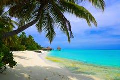 De bungalowwen van het water op strand Stock Foto's