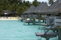 De bungalowwen van Overwater bij strand Stock Foto's