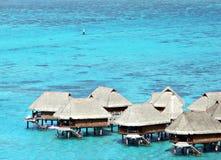 De Bungalowwen van Overwater in Tahiti stock afbeelding