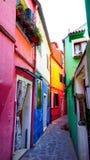 De Burano kleurrijke bouw in steeg Royalty-vrije Stock Foto