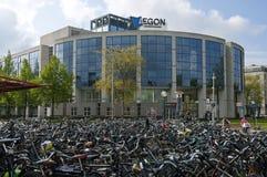 De bureaubouw Aegon en fietsloods van post Royalty-vrije Stock Foto