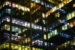 De bureaubouw bij nacht Stock Afbeelding