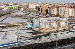 De bureaubouw dichtbij spoorwegen Tyumen Rusland Royalty-vrije Stock Afbeelding