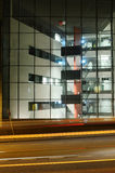 De bureaubouw in het centrum van Helsinki bij nacht Stock Afbeelding