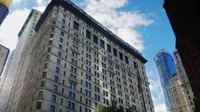 De bureaubouw met de Amerikaanse vlag Wall Street, New York stock video