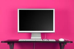 De bureaucomputer van en roze muur Royalty-vrije Stock Afbeeldingen