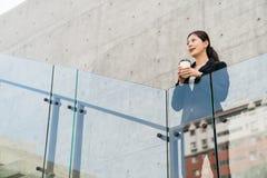 De bureaudame ziet in de afstand voelt ontspannen royalty-vrije stock afbeeldingen