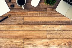 De bureauvlakte legt mening met laptop, muis, boom, zwarte klem, koffiekop, notitieboekje, potlood op houten textuurachtergrond stock afbeeldingen