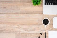 De bureauvlakte legt mening met laptop, muis, boom, zwarte klem, koffiekop, notitieboekje, potlood op houten textuurachtergrond royalty-vrije stock foto's
