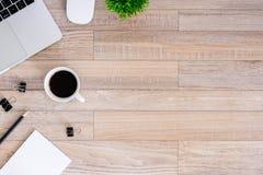 De bureauvlakte legt mening met laptop, muis, boom, zwarte klem, koffiekop, notitieboekje, potlood op houten textuurachtergrond royalty-vrije stock afbeelding