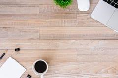De bureauvlakte legt mening met laptop, muis, boom, zwarte klem, koffiekop, notitieboekje, potlood op houten textuurachtergrond royalty-vrije stock afbeeldingen