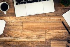 De bureauvlakte legt mening met laptop, muis, boom, zwarte klem, koffiekop, notitieboekje, potlood op houten textuurachtergrond stock foto