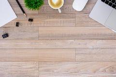 De bureauvlakte legt mening met laptop, muis, boom, zwarte klem, de kop van de hart latte koffie, notitieboekje, potlood op houte stock foto