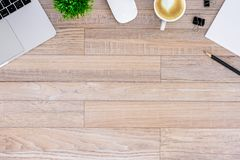 De bureauvlakte legt mening met laptop, muis, boom, zwarte klem, de kop van de hart latte koffie, notitieboekje, potlood op houte royalty-vrije stock afbeeldingen