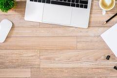 De bureauvlakte legt mening met laptop, muis, boom, zwarte klem, de kop van de hart latte koffie, notitieboekje, potlood op houte stock foto's