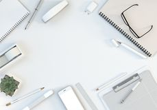 De bureauwerkruimte met computertoetsenbord, kantoorbehoeften plaatste en smartphone op witte lijst Hoogste mening Vlak leg 3D Il Stock Afbeeldingen
