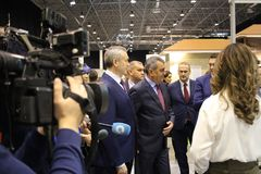 de burgemeester, de Gouverneur van de stad van Novosibirsk woonde de jaarlijkse bouwtentoonstelling in Novosibirsk Expocentre 21  stock afbeelding