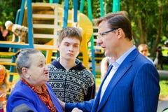 De burgemeester van de stad van Samara, Dmitry Azarov, besprekingen met de burgers van zijn stad stock afbeelding