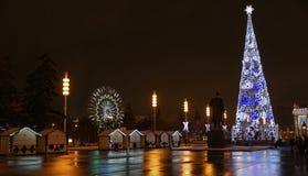 De burgers lopen op de vooravond van het Nieuwjaar bij VDNH Stock Foto