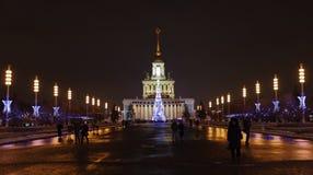 De burgers lopen op de vooravond van het Nieuwjaar bij VDNH Stock Afbeeldingen