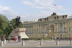 De burgers worden gefotografeerd dichtbij het monument aan Peter 1 royalty-vrije stock afbeelding