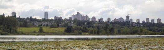 De Burnaby horizonte de la ciudad A.C. del lago deer Fotografía de archivo