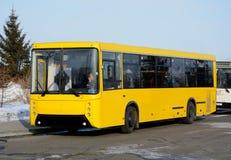 De bus, die zich bij de bushalte bevinden Royalty-vrije Stock Foto's