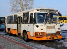 De bus, die zich bij de bushalte bevinden stock fotografie