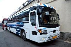 De bus, die zich in de havenstad bevinden van Vladivostok, Rusland stock afbeelding