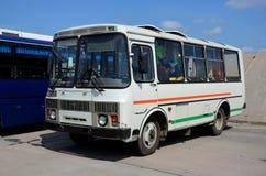De bus, die zich in het parkeren bevinden Stock Foto