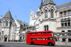 De bus en het gerechtsgebouw van Londen Stock Afbeelding