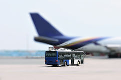De bus en het vliegtuig van de luchthaven royalty-vrije stock afbeeldingen
