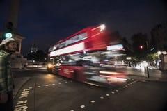 De Bus en Person Walking van Londen stock foto
