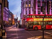 De bus kruist Groot Russell Street, Londen, bij nacht Stock Foto