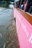 De bus op de overstromende weg, de Overstroming van Bangkok Royalty-vrije Stock Afbeeldingen